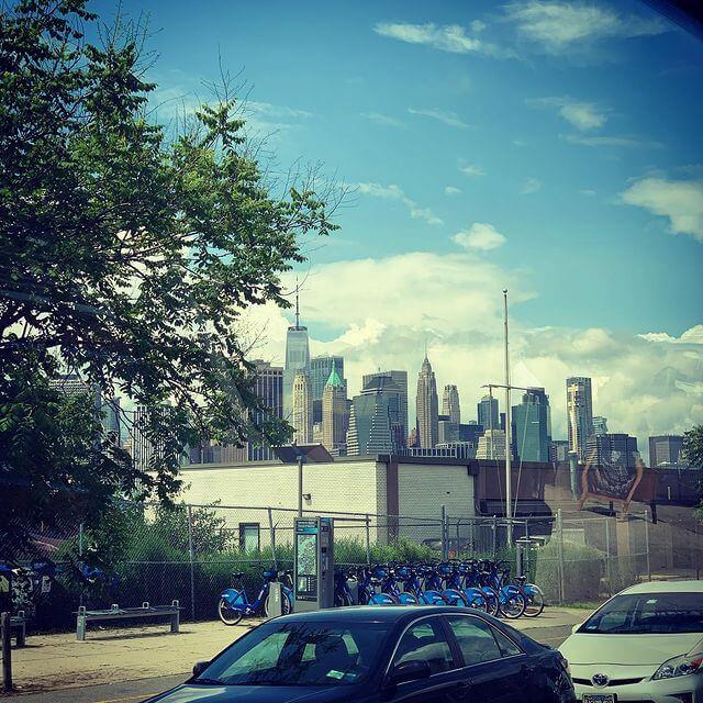 tom ellis rumbo a la ciudad de nueva york para filmar